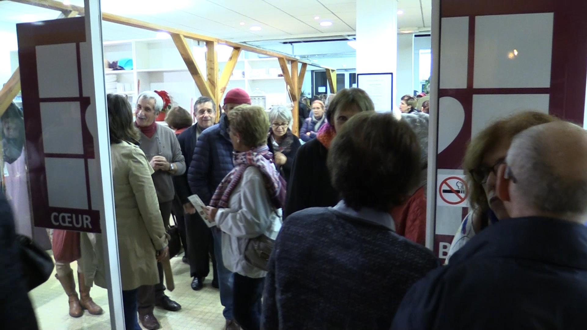 Plus de 300 personnes attendent l'ouverture