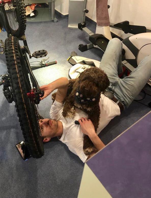 Charlie macht die Abnahme der Feineinstellung der Fahrrad Bremse