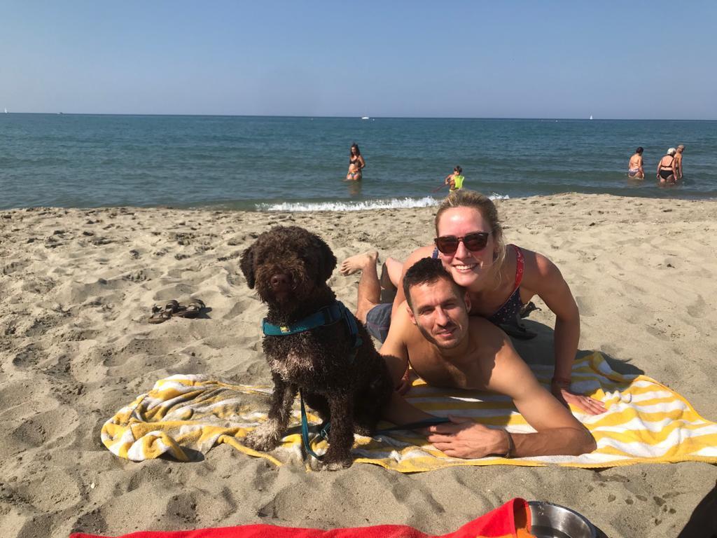 Charlie mit Herrchen und Frauchen am Meer
