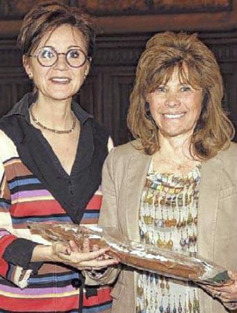 Dina Deferme mocht de Hasseltse speculaas ontvangen uit de handen van burgemeester Hilde Claes.