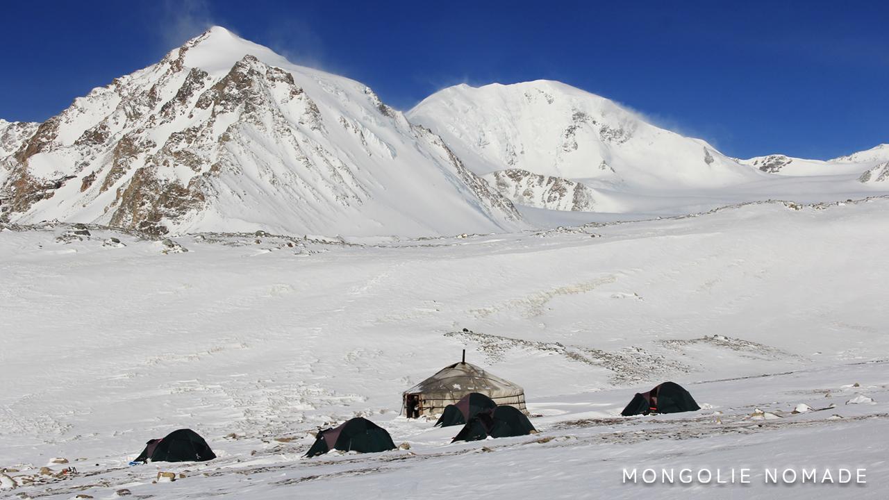 Installation du camp au pied du glacier Potanin