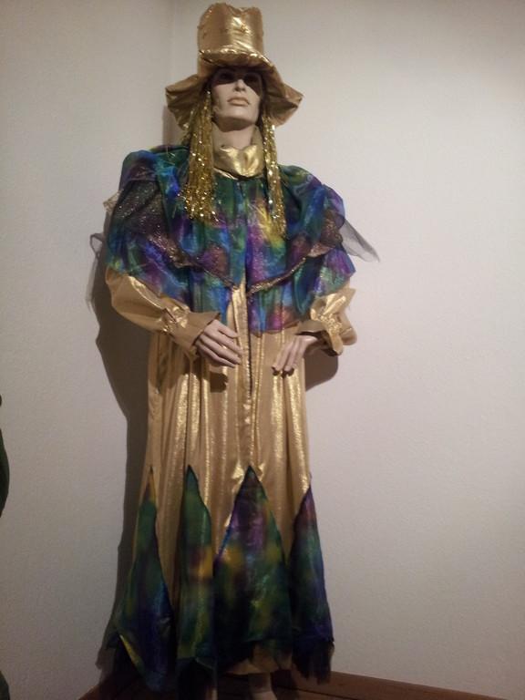 Gold-Kleid, Gr. L/XL, Fr 35.-, Zylinder Fr. 7.-