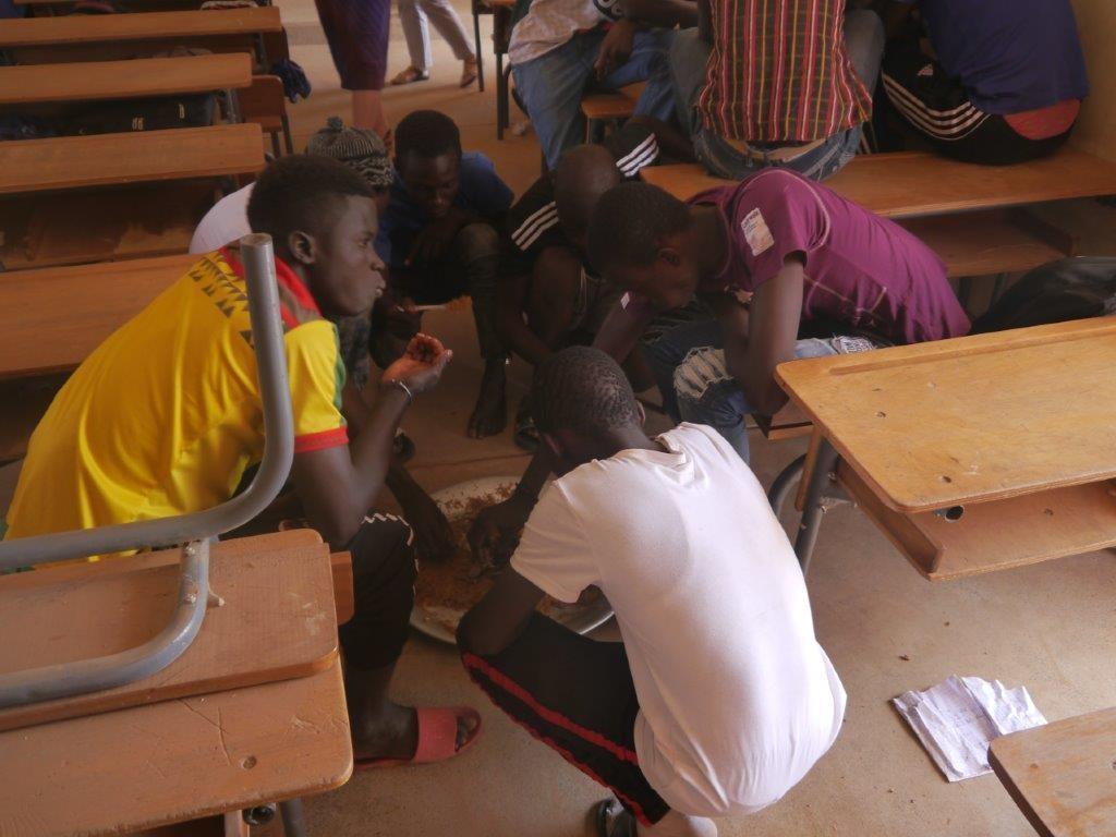 Gegessen wird in kleinen Gruppen in den Klassenräumen.