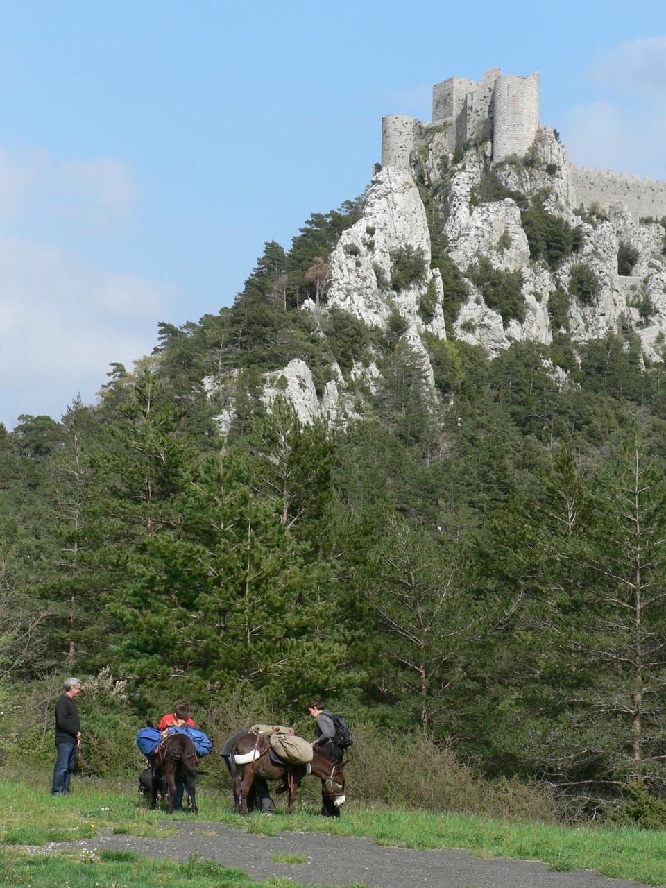 départ du Château de Puilaurens avec les ânes de Passion Occit'âne