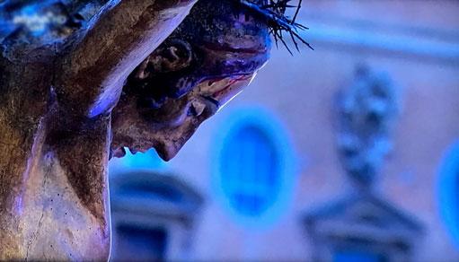 Urbi et orbi am Freitag: Kopf des Pestkreuz aus San Marcello, das für dieses Ereignis zum Petersdom gebracht wurde. (Bildschirmfoto: B. Marx)