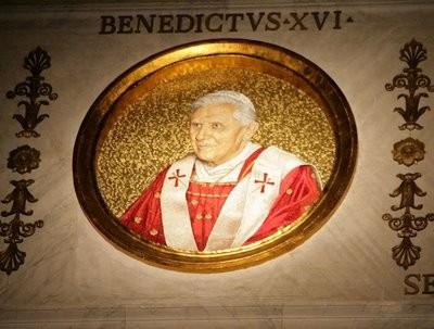 Bis 2008 zeigte das Mosaikbild den Papst mit der Form des Palliums, die auf das II. Vatikanum zurückgeht.