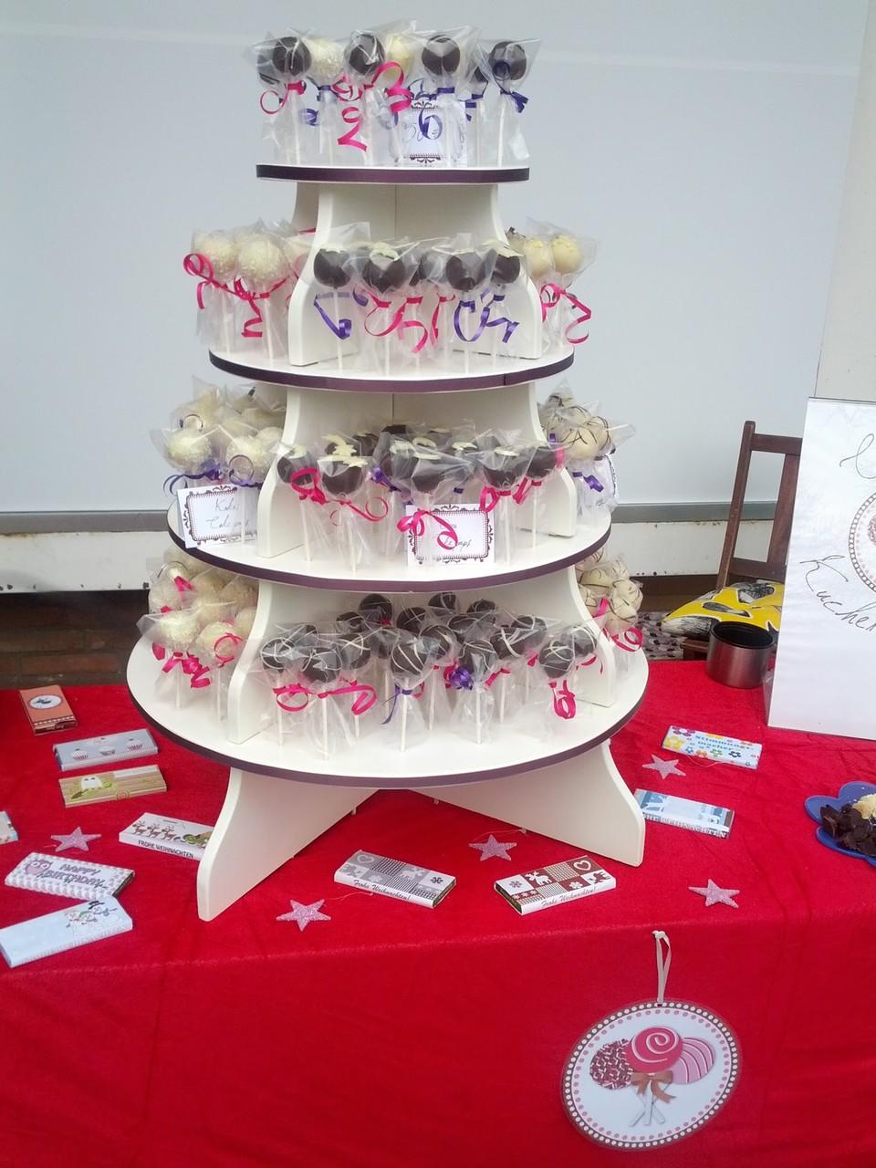 cake pops auf einer großen Etagere - so kommen sie besonders gut zur Geltung, z.B. als Hochzeitstorte