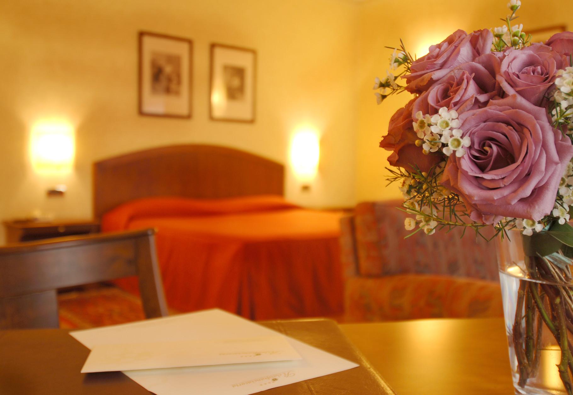 Die Zimmer sind klassisch elegant eingerichtet.