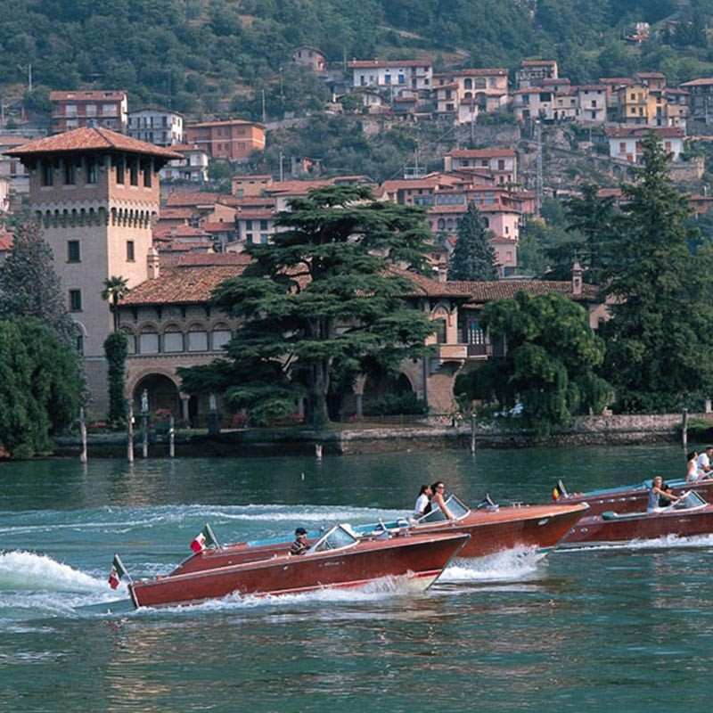 Elegante Riva Boote auf dem See