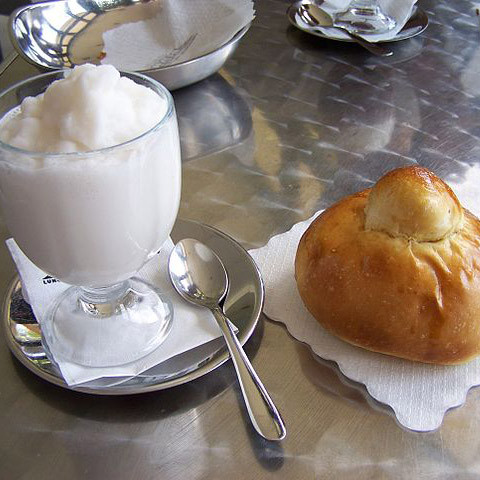 Brioche und Granita Eisgetränk, typisches Frühstück für Sizilianer