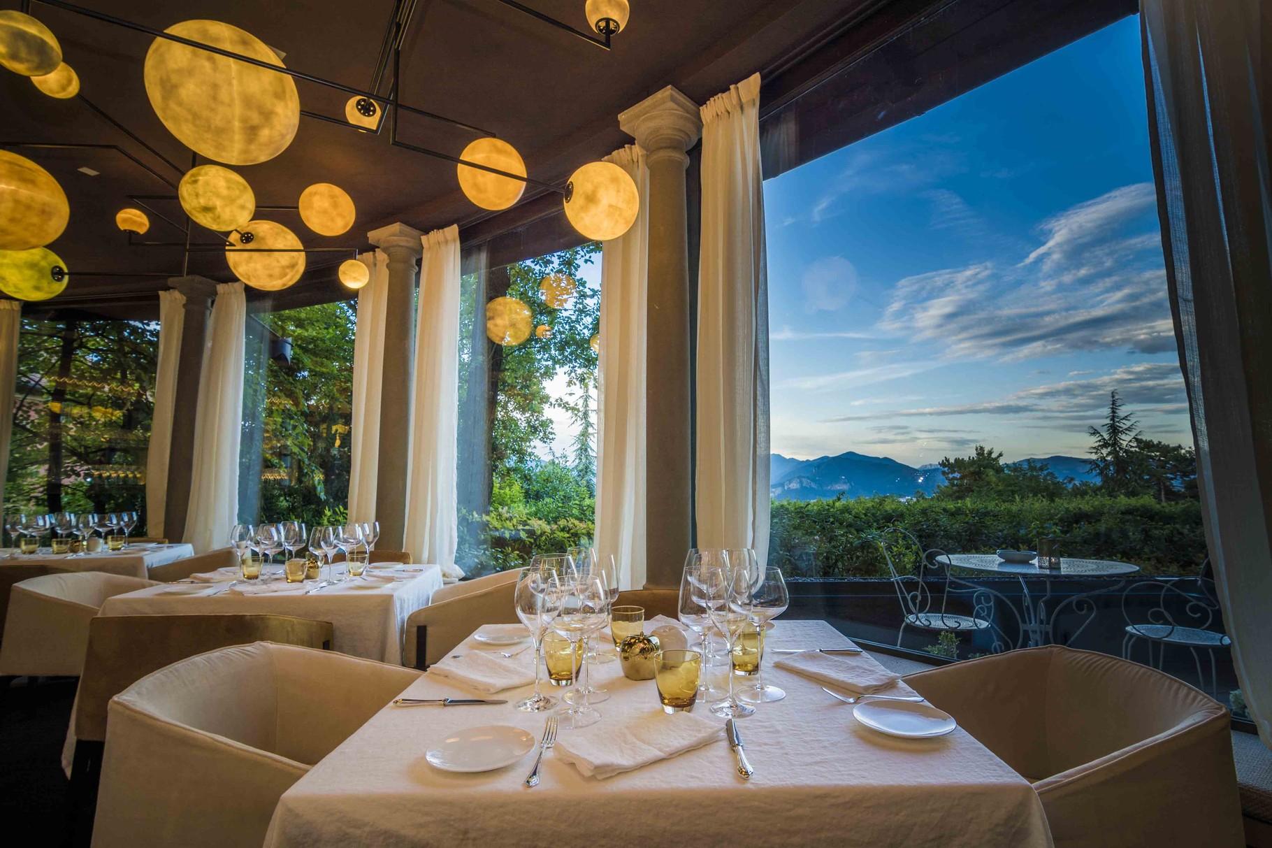 Das berühmte Restaurant bietet Spitzenküche und einen herrlichen Blick über die Weingüter.