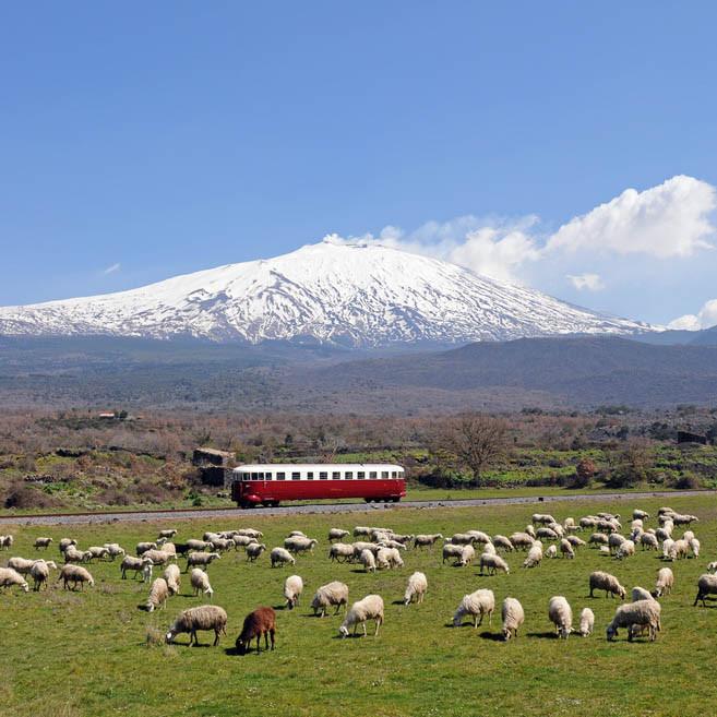 für Abenteuerlustige: Vulkanumrundung mit dem Etna-Express
