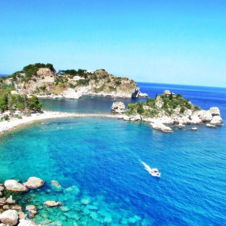 Glasklares Wasser an der Isola Bella - Taormina