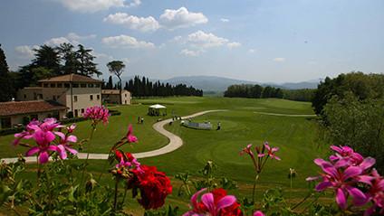 Man wohnt auf dem anspruchsvollen Meisterschaftsplatz Poggio dei Medici in der Mugello Region 20 Minuten nördlich von Florenz.