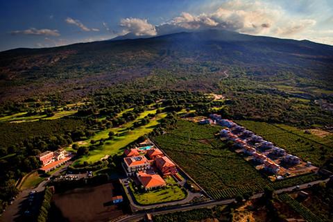 Man wohnt am Fuße des Etna auf dem ältesten Golfplatz Siziliens. Einmalig!