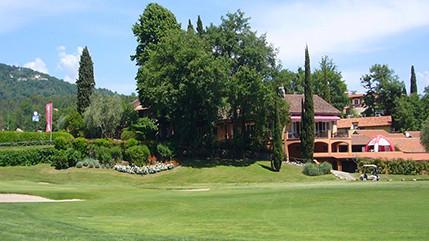 Der Golf Club ist weit über Italiens Grenzen hinaus bekannt, tolles Restaurant und die Nähe zum Meer machen das Hotel zum Geheimtipp.