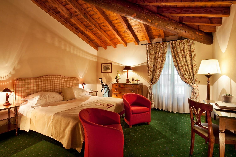 Neben den komfortablen Zimmern bietet das Haus zwei Restaurants, Spa, Bar, Salons, Golf Geschäft, großen Park und eine herrliche Terrasse.