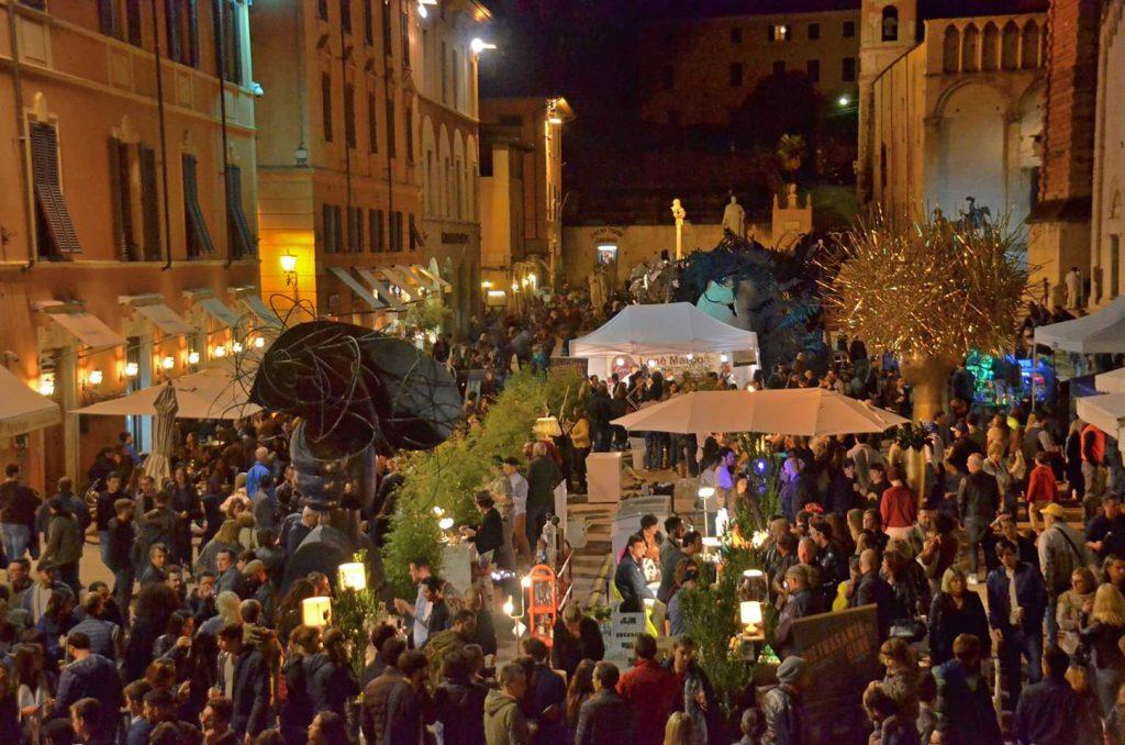 Pietrasanta Künstlerstadt bei Nacht