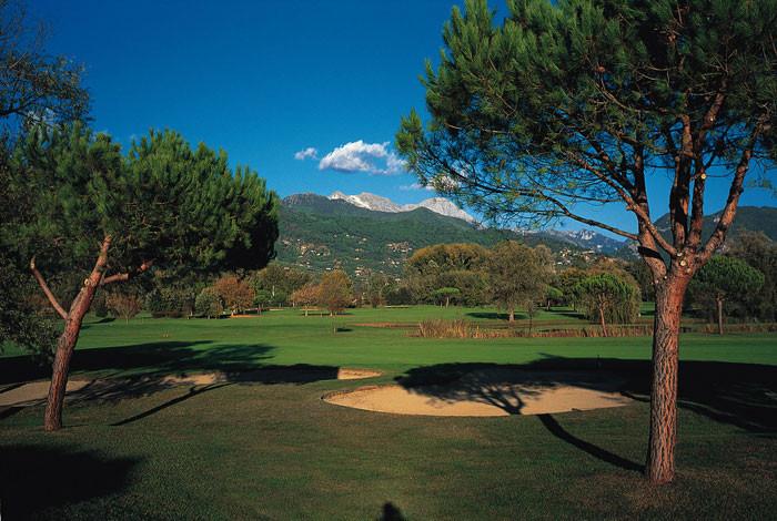 Die 18 Bahnen des exklusiven Golf Clubs Forte dei Marmi bieten schöne Blicke auf die Apuanen.