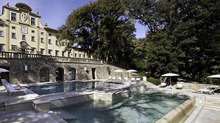 Meisterwerk italienischen Designs: außen ein historisches Anwesen mit großem Park, innen italienisches Design vom Feinsten