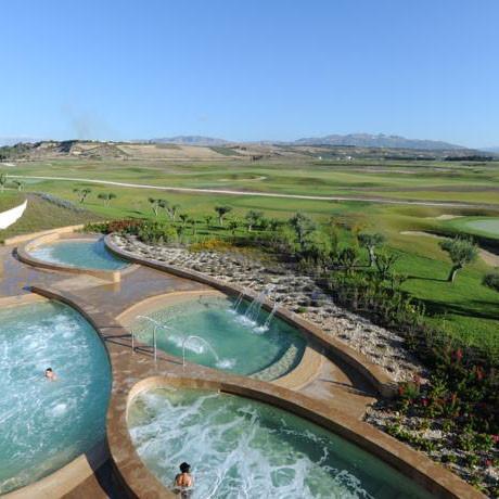 Pool mit Golfblick