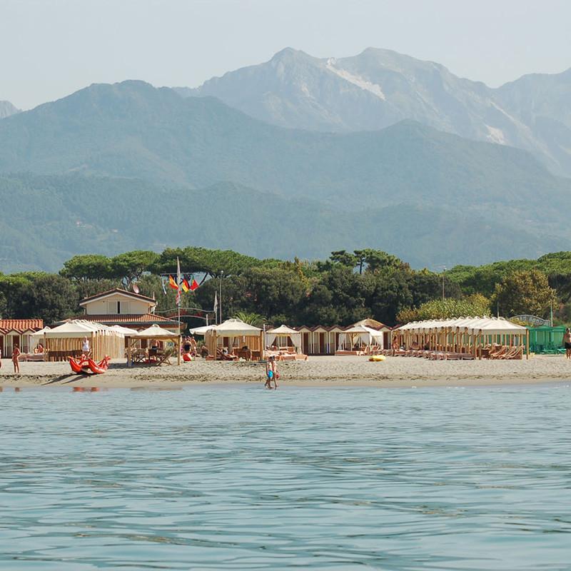 Strand der Versilia, die Apuanen im Hintergrund