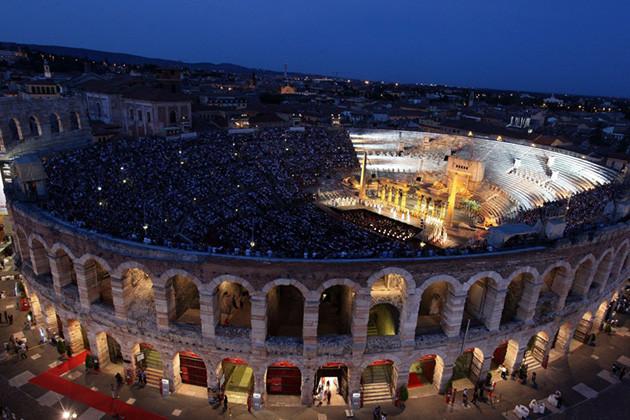 Kulturelle Höhepunkte: Opernaufführung in der Arena von Verona.