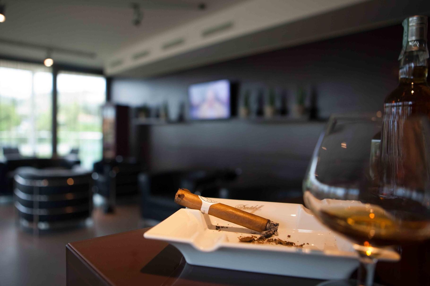Neben den zwei Restaurants gibt es eine Pianobar und eine Lounge für Raucher mit exklusiver Zigarrenauswahl!