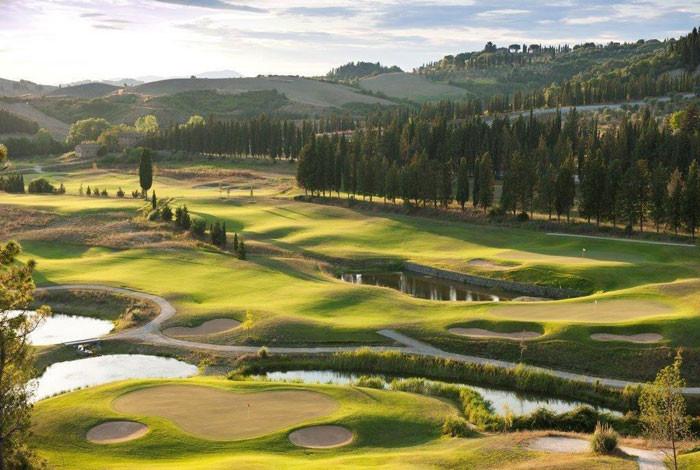 Die 18 Löcher des Mountain Course sind hügelig, die 9 des Lake Courses hingegen eher flach gehalten.