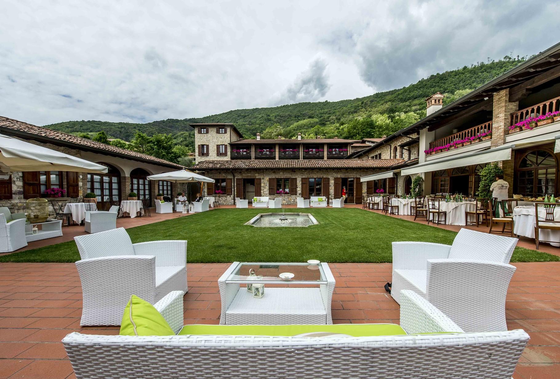 Relais Franciacorta liegt in den Weinhügeln und unweit des Golf Clubs.