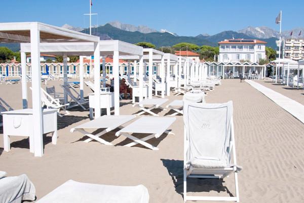 Privat Strand mit jeglichem Komfort: Wi-Fi, Kellnerservice, Badetücher, Restaurant...
