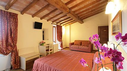 Kleines und reizendes Hotel am Dorfplatz von Carmignano. Hier lebt man die wahre Toskana