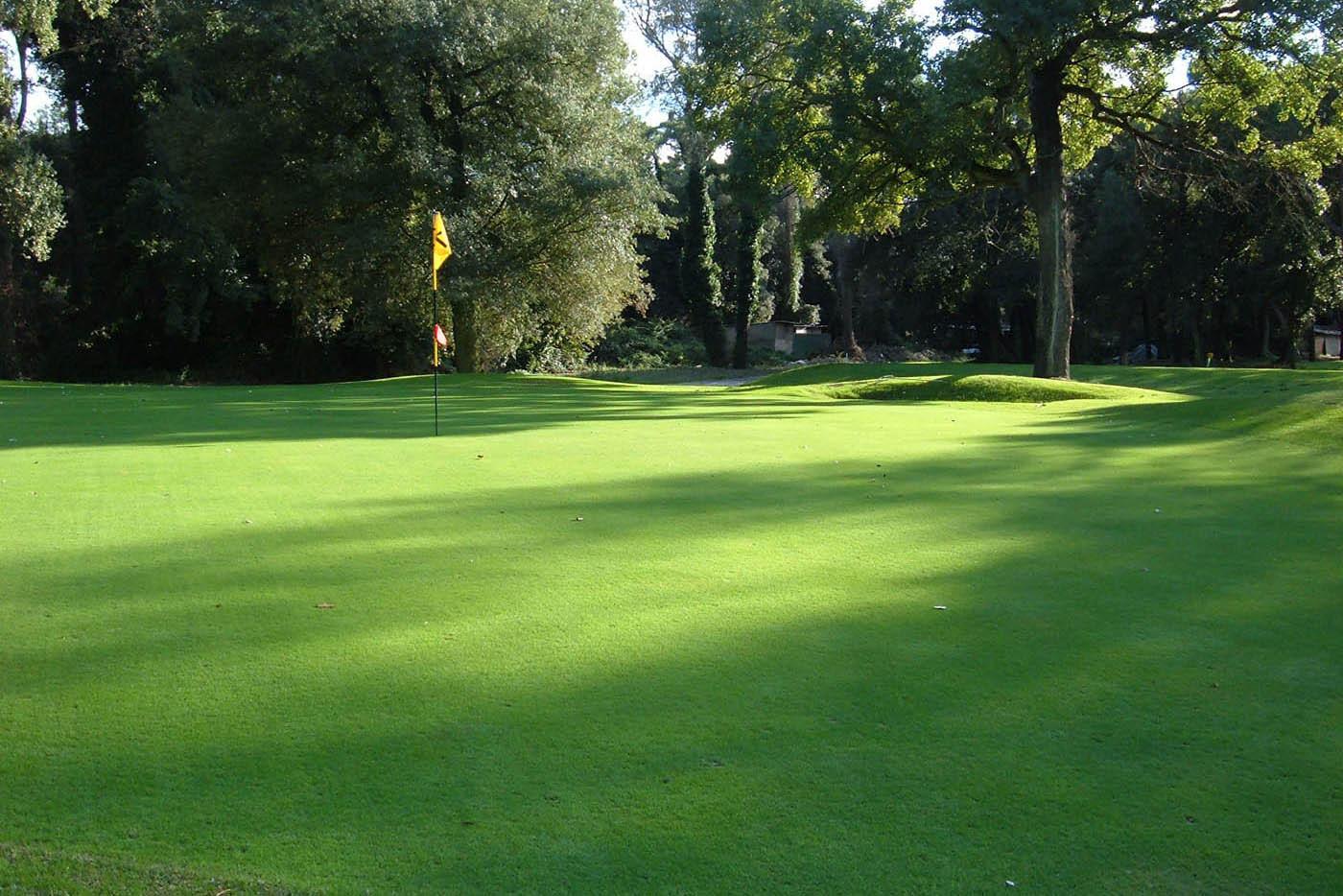 Golf Club Tirrenia zieht sich durch einen großen Pinienwald.