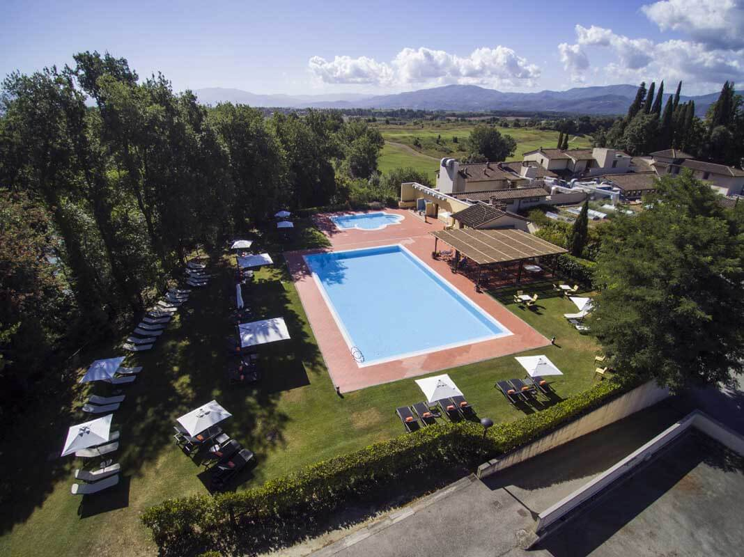 Golfreise Italien Golfpaket Golf Ferien Reisen Golfhotel Toskana Olivenöl Weingut Florenz auf dem Golfplatz Shopping unlimited green-fees