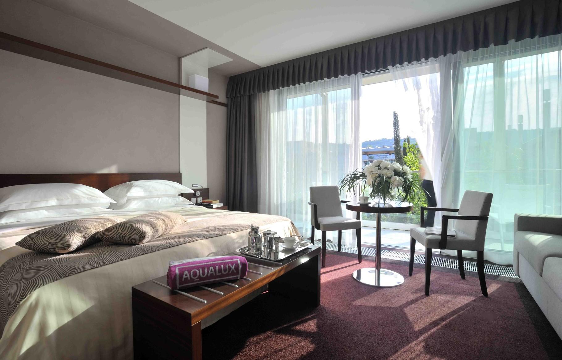 Große Zimmer mit Sofa, Tisch und moderner Ausstattung. Perfekter Rückzugsort.