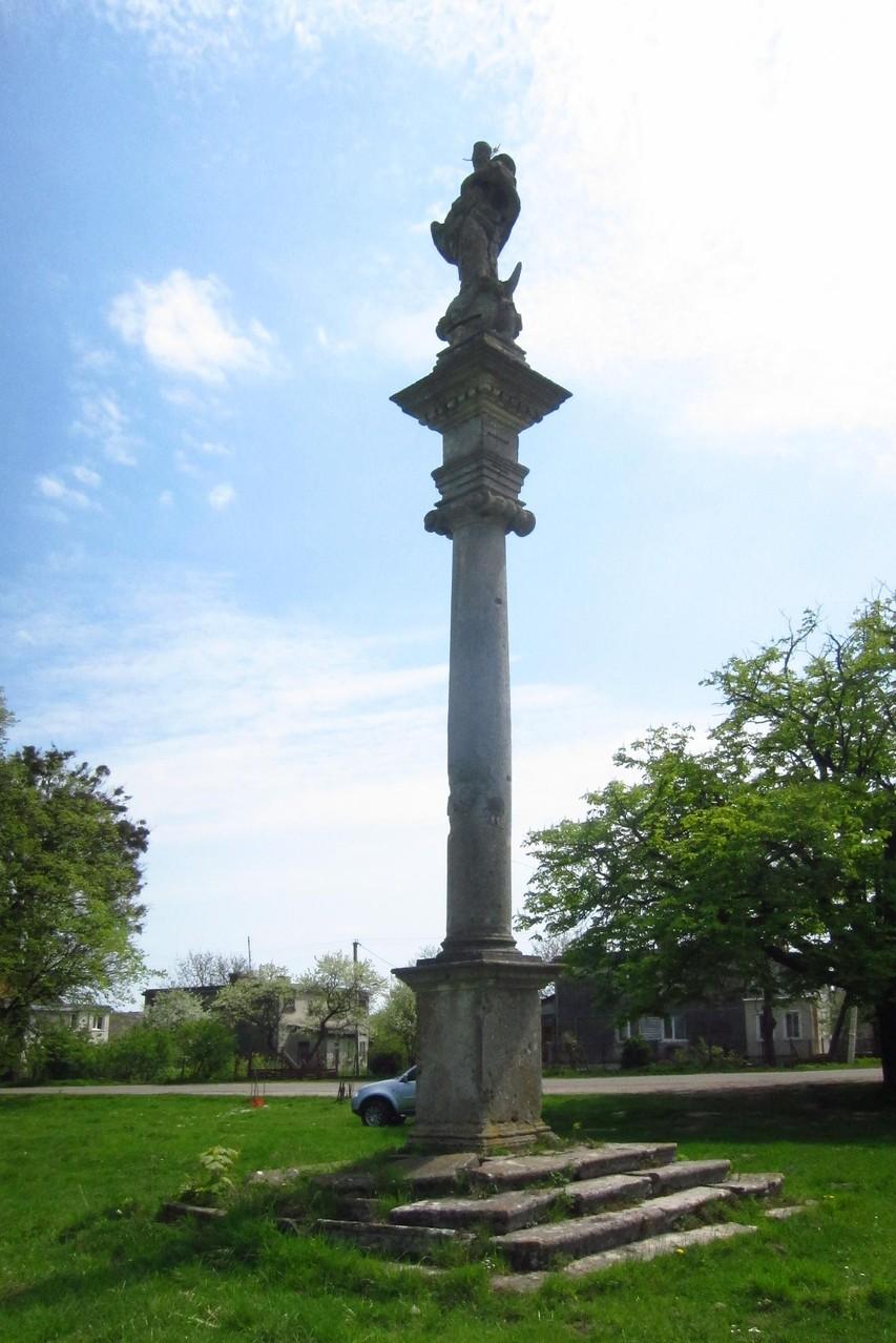 Коринфська колона з фігурою Матері Божої.