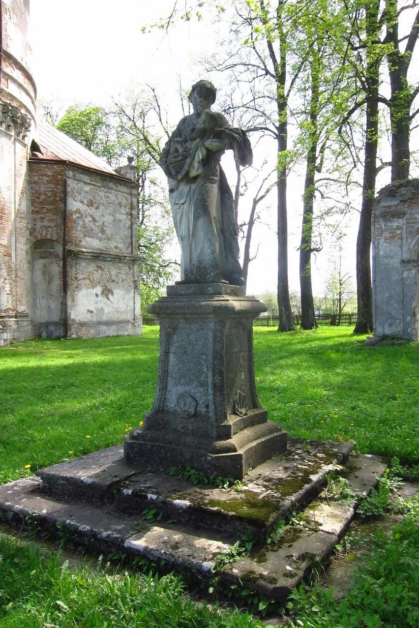 Фігура святого Йосипа поблизу костелу.