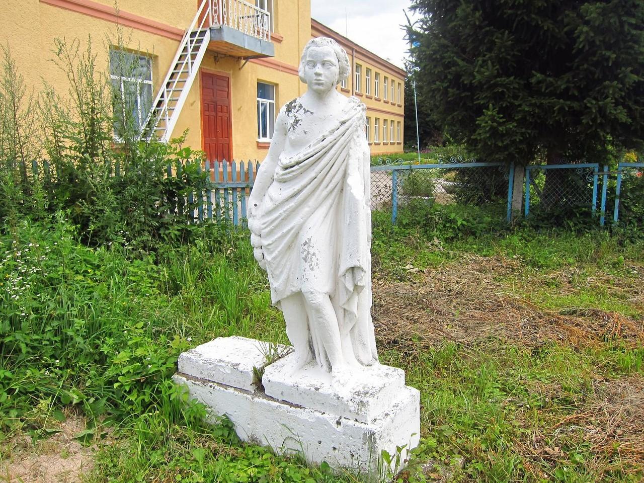 Фігура на подвір'ї храму