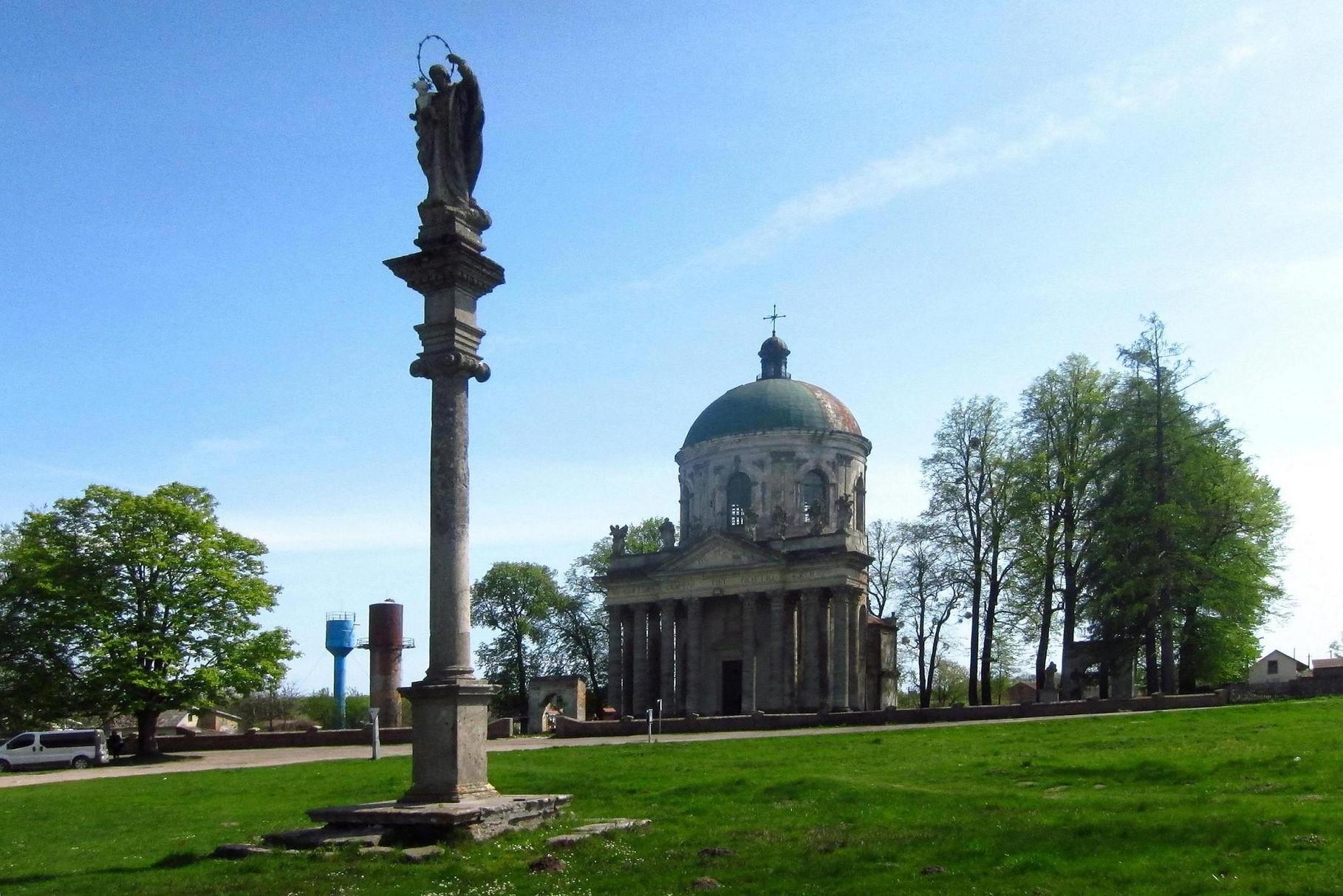 Костел св. Йосипа. Коринфська колонна з фігурою св. Йосипа.