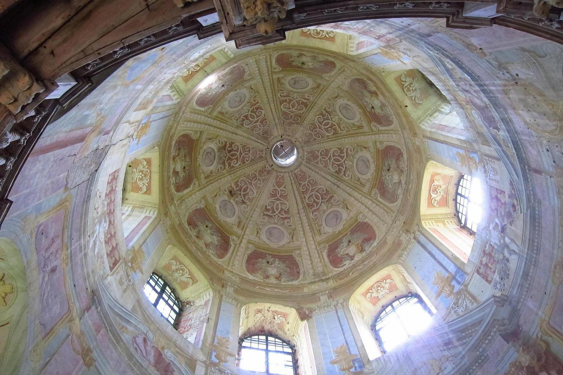 Купол костелу. Вісім фресок святих Старого Заповіту..
