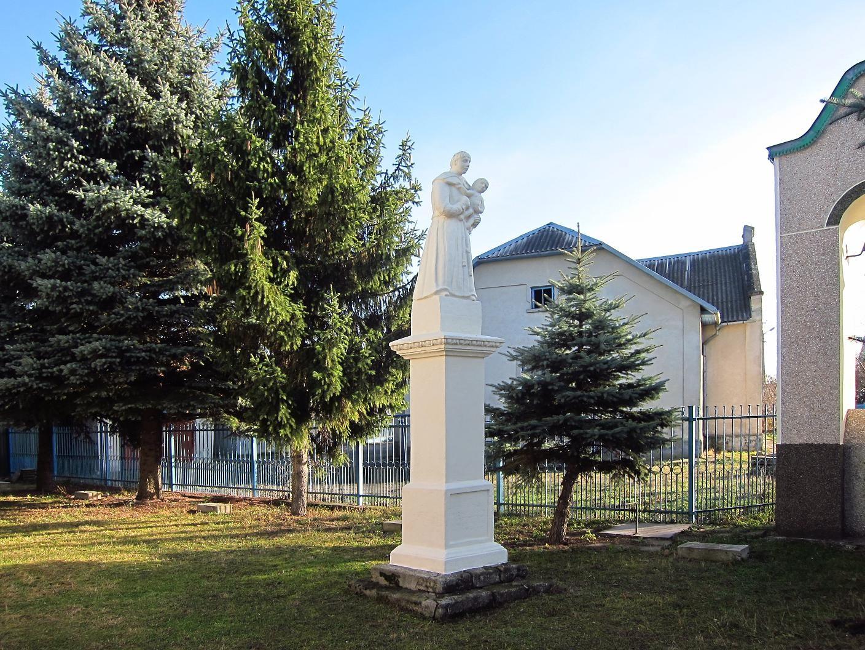 Пам'ятник справа.