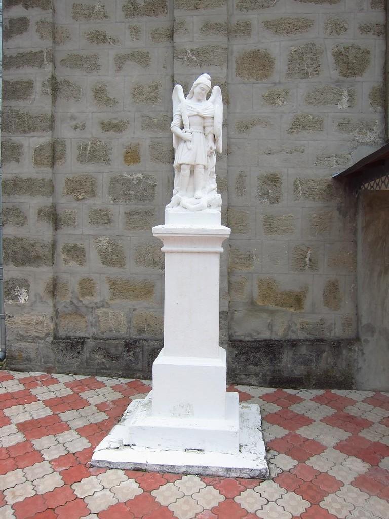 Фігура перед входом