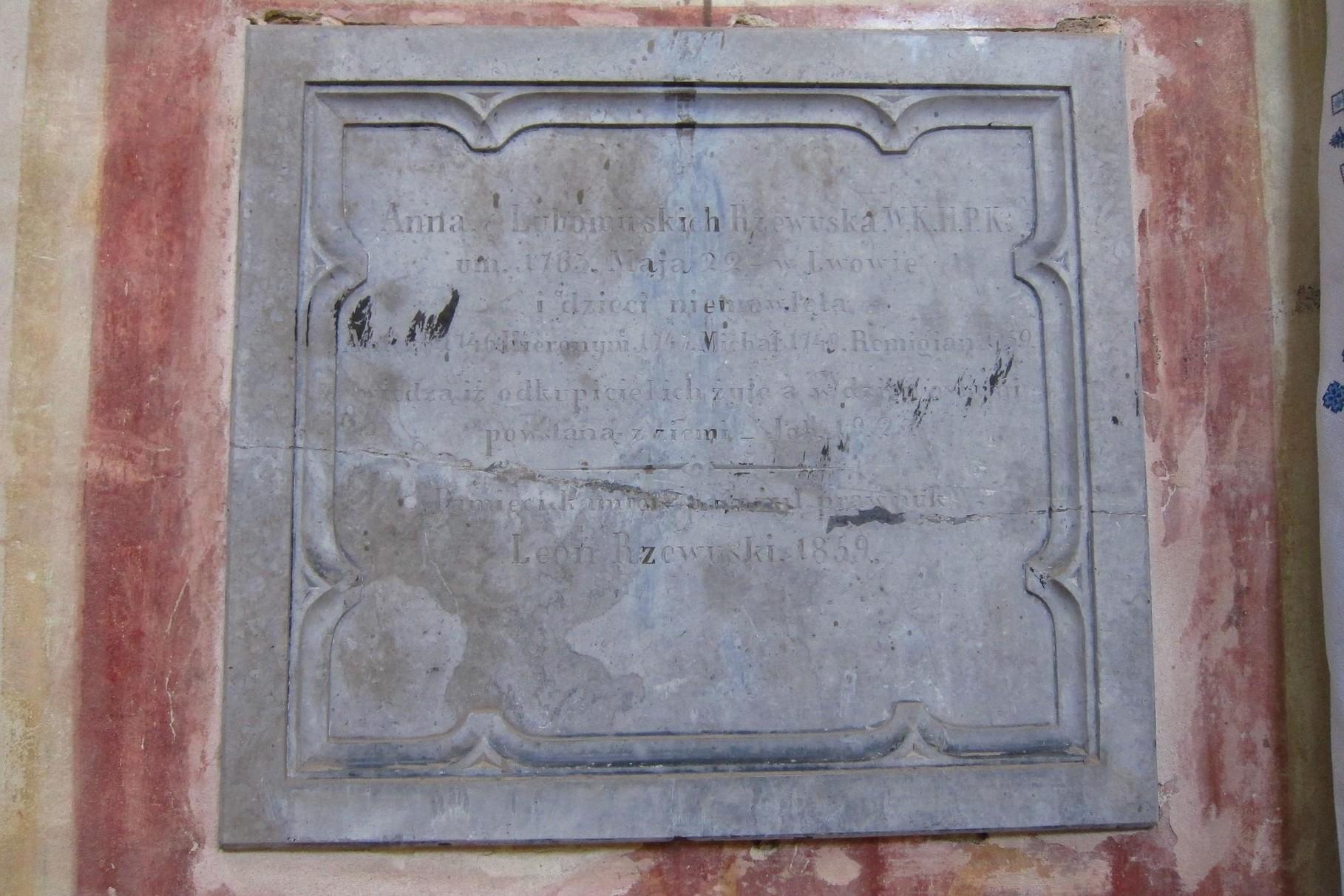 Мармурова таблиця від Леона Жевуського (правнука), встановлена в1859 році, та присвячена Анні з Любомирських Жевуській, яка померла 22 травня в 1763 році в Львові, від онуків та правнуків Хероніма, Міхала, Ремігона.