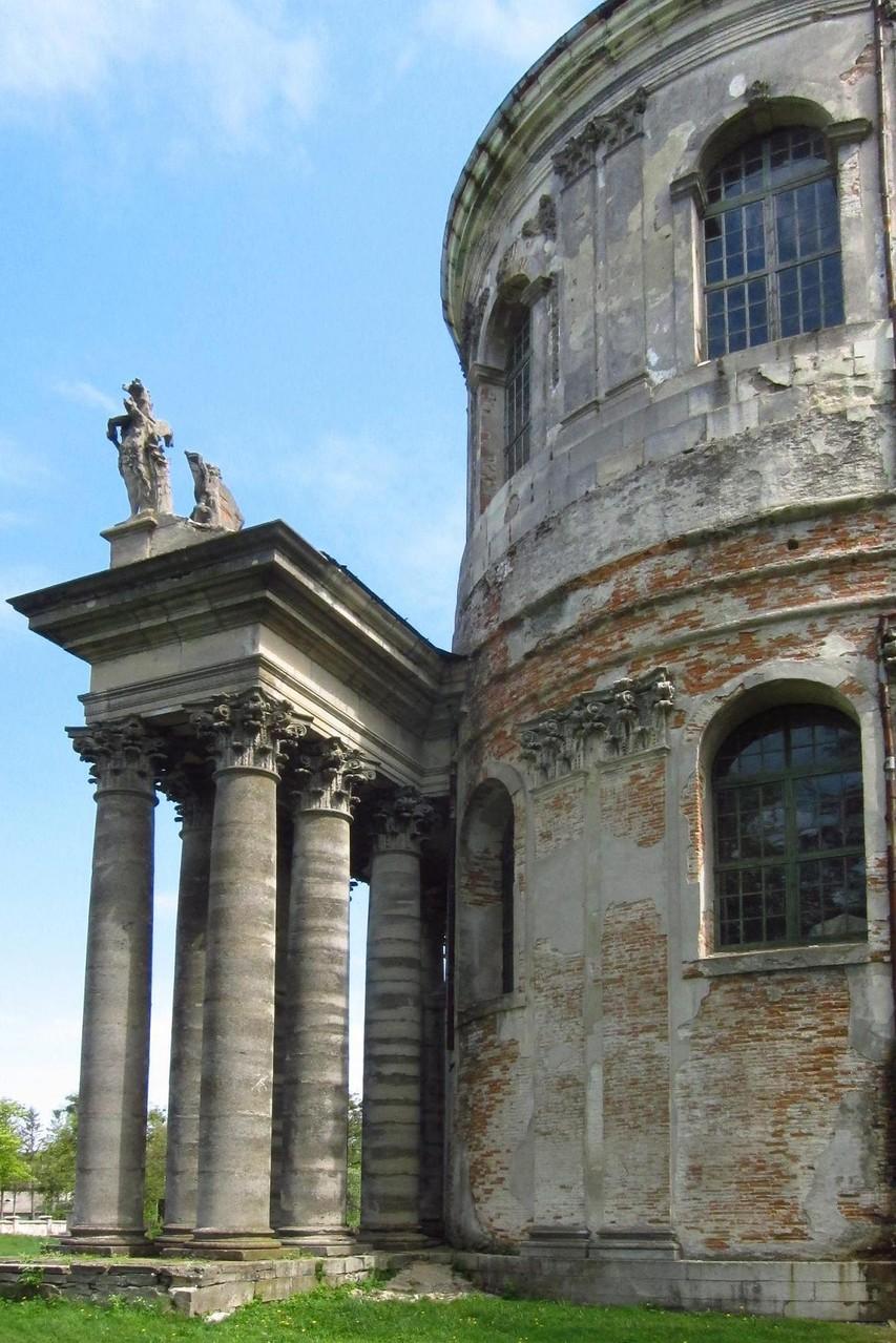 Костел св. Йосипа. Фігури святих на портику.