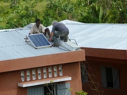 le panneau solaire permet de recharger les portables et d'établir un contact régulier par internet avec l'Eau Vive