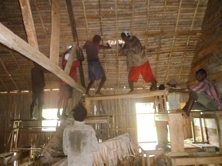 réparer le toit de l'école après la cyclone
