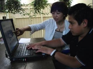 左はファシリテーター、右はファンカルロス。自分のイメージ通りにコンピューターを操作して短時間で映像を仕上げていく子どもたち。