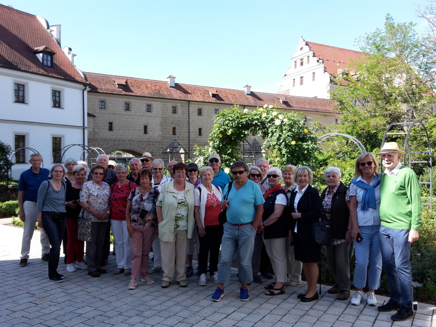 """Gruppenfoto im """"Rosengarten"""" vor der """"Stadtbrille"""", dem Wahrzeichen Ambergs.  © Doris Käsewieter"""
