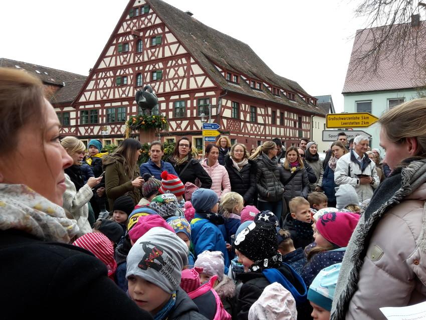Großer Andrang bei der Osterbrunnenfeier auf dem Marktplatz in Schwand  © Karin Kleinlein