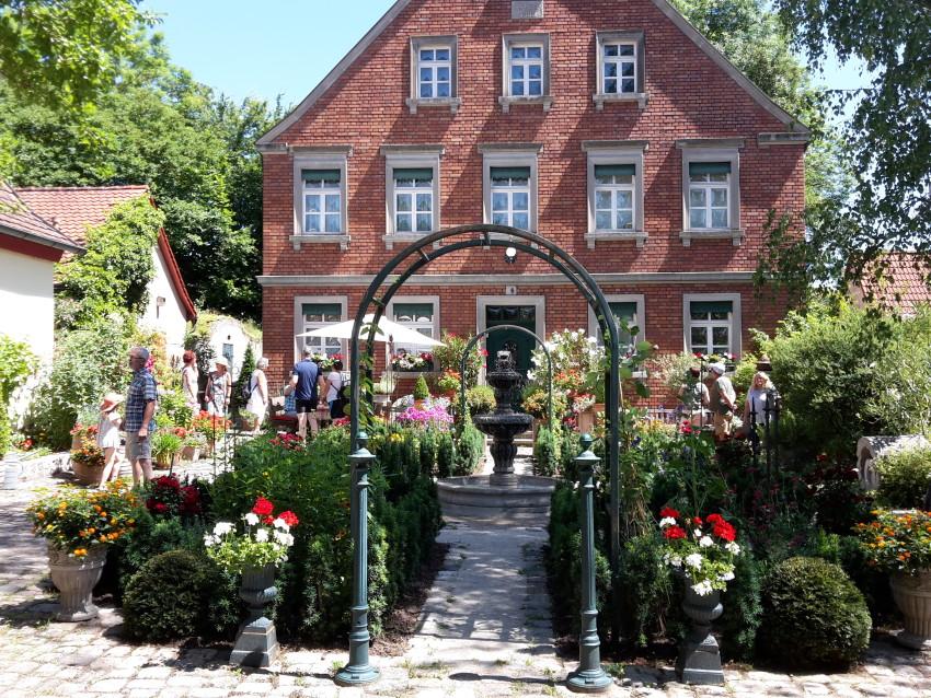 """Einladender Vorgarten der """"Obermühle""""  © Karin Kleinlein"""